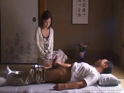 義父のオナニーを手伝わされ手コキからおまんこを犯される三十路熟女妻のれイプ 動画 38.5度