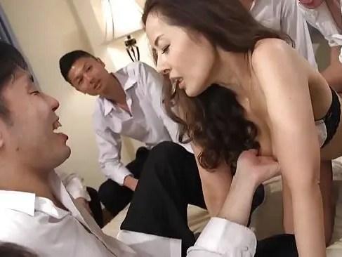 息子と二人で暮らしている美人熟女の母親が息子の友達達に複数でレイプされながら久々のセックスに敏感に感じちゃうzyukuzyotv