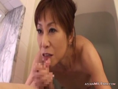 還暦おばさんが風呂場でチンポを嬉しそうに弄る
