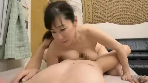 田舎に住む巨乳な義母が娘婿と性欲を抑えきれず体を絡ませ激しく悶える熟年女性動画