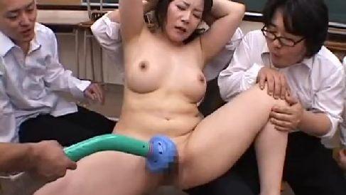 むっちり豊満な熟女の女教師が生徒達の肉便器に調教されていく熟女の動画