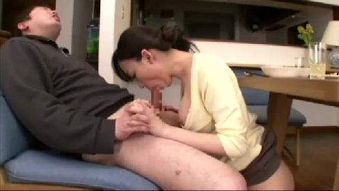 巨乳な美人妻が夫の上司の息子を誘惑して寝取っていく淫乱な人妻熟女の動画