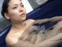 三十路の色気たっぷりな素人妻が夫に内緒で不倫旅行でハメ撮りしていく熟女セックス動画