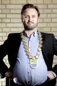 Foto af Lars Ranthe som bykongen Per Tommy Larsen (Foto: Henrik Frydkjær)