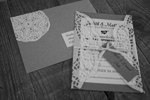 Hochzeitseinladung Hochzeitsanzeige Tortenspitze Doilies Kraftpapier Vintage