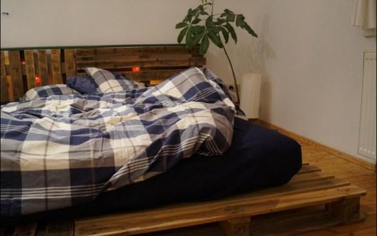 Möbel selber machen, DIY-Möbel, Palettenbett selber machen, Doppelbett aus Paletten, DIY-Palettenbett, Bett aus Paletten, Paletten, Palettenbett, Palettenmöbel