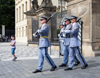 Changing of the guard, Prague (35mm, 1/400s, f6.4, ISO 200)