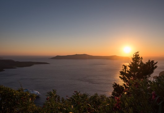 Sunset in Fira, Santorini. Below, the guests of a cruise ship enjoy the same view (16mm, 1/400s, f7.1, ISO 200)