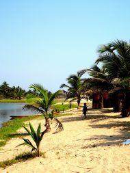 Sandbank mit Stroh-Hütten