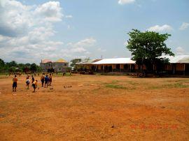 Große Pause: Die Jungs spielen Fußball, die Mädchen bleiben im Schatten und spielen Springspiele (Ampé).