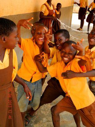 Die Jungs aus dem Kindergarten haben mittlerweile begriffen dass ich Fotos mache. Jetzt will jeder ganz vorn sein!