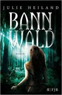 Ich hasse den Wald. Ich hasse ihn aus tiefstem Herzen. Er tut so, als wäre er mein Zuhause. Aber das ist er nicht. Er ist mein Gefängnis. Sie können nicht töten – als Anhänger der weißen Magie erschaffen sie nur. Seit Generationen lebt der friedliche Stamm der Leonen gefangen im Wald, gewaltsam unterdrückt vom Stamm der mörderischen Tauren. Als die 17-jährige Robin auf den jungen Tauren Emilian trifft, ist sie sich sicher, dass er sie töten wird. Doch Robin gelingt es zu fliehen – scheinbar. Erst später wird ihr bewusst: er hat sie laufen lassen. Warum? Als Robin dann ein Reh mit der bloßen Kraft ihrer Gedanken tötet, ist sie zutiefst erschüttert. Was ist mit ihr? Robin trägt ein Geheimnis in sich, und es gibt nur einen, der davon weiß – ihr größter Feind. Wie es dazu gekommen ist? Wie es immer zu so etwas kommt. Die Starken wittern die Macht und bezwingen die Schwachen. Wir, der Stamm der Leonen, sind Anhänger der weißen Magie. Die Magie der Natur. Wir heilen, wir erschaffen, wir tun Gutes. Die anderen, der Stamm der Tauren, haben sich der schwarzen Magie verschworen. Sie herrschen kaltblütig, sie vernichten, sie töten. Auch uns. Aber das werde ich nicht länger zulassen