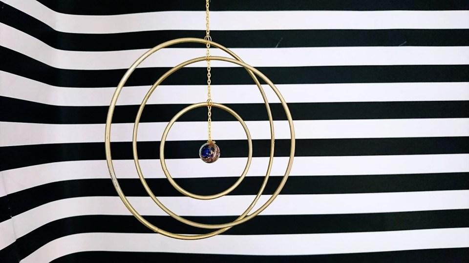DIY Mobile mit drei Ringen und einer Glaskugel in der Mitte. Mobile als Interior, Mobile, DIY Mobile, Do it yourself Mobile, Einrichtungsideen Mobile, Mobile für Erwachsene, Movile für Draussen, Mobile für Drausen, goldenes Mobile. Ideen mit Murmeln. DIY Glaskugel. DIY Metallic, Einrichtungsidee, Dekoration, Geschenkidee wohnen, Geschenkidee mobile, DIY glamurös, DIY schick,