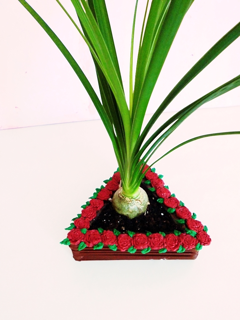 DIY Blumentopf aus Holzstäbchen mit Rosenverzierung - sehr günstiges DIY für dein zu Hause (7)