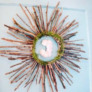 Moderner DIY Türkranz aus Naturmaterialien wie Ästen und Zweigen mit PomPons ganz leicht selber machen. Easy DIY Türkranz perfekt für die passende Herbstdeko zum selber machen
