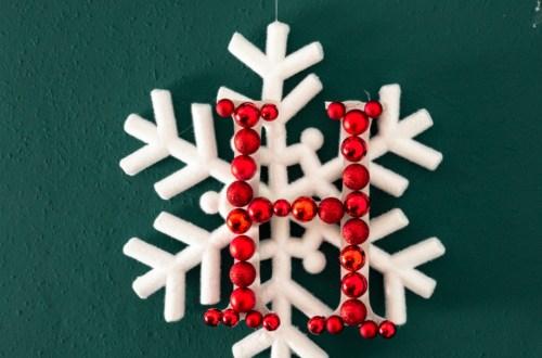 DIY Schneeflocken Türkranz, DIY Initial Türkranz, Tür Kranz selber basteln mit Initial für weihnachten, weihnachtsdeko selber machen ideen