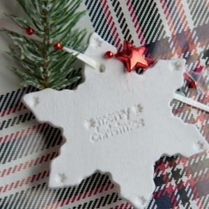 Kreative DIY-Idee zum Selbermachen für Weihnachtsgeschenke: Weihnachtliche Geschenkanhänger selbermachen   Geschenke kreativ verpacken - diy clay gift tags and ornaments
