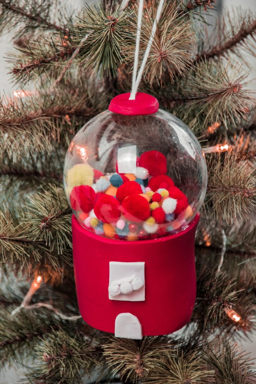 DIY retro Kaugummiautoamt für den Christbaum, DIY Christbaumkugeln basteln, ausgefallene Weihnachtsdekoration selbst basteln, ideen basteln weihnachen, weihnachten bastelideen, fimo, modelliermasse, Do it yourself bubblegum machine bauble