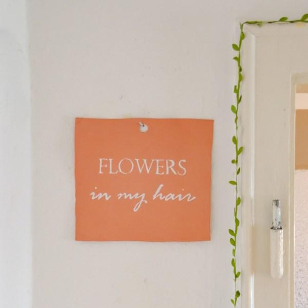 "DIY Wanddeko ""flowers in my hair"" ohne handlettering aus Modelliermasse selber basteln   DIY Deko basteln"