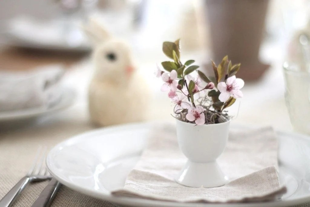 A Simple Easter Table Setting