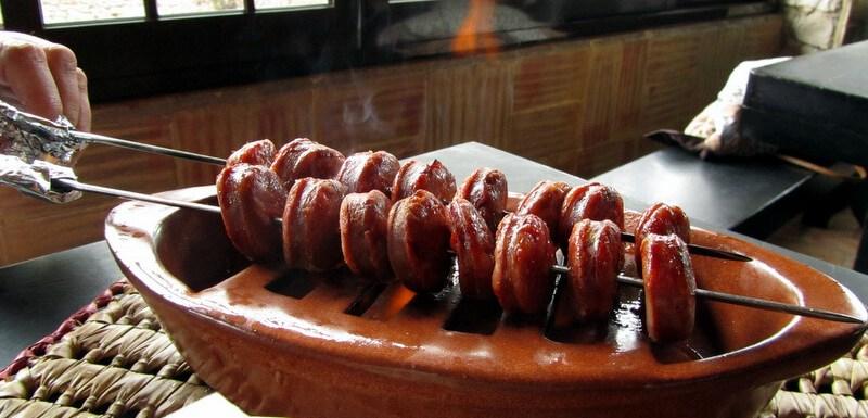 Chouriço assado com aguardente / flame grilled red pepper sausage