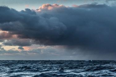 Nuages et pluie au lever du jour au large en mer du Nord.