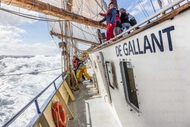 L'équipage du Gallant à la manoeuvre dans une mer formée.