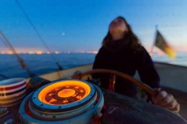 Quart de nuit avec matelot à la barre, le compas illuminé.