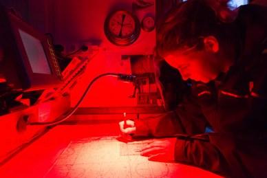 Matelot préparant la navigation sur carte à la lumière rouge, pour ne pas être ébloui la nuit.