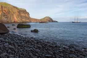 La goélette De Gallant mouillée dans la baie d'Abra, pointe est de Madère.