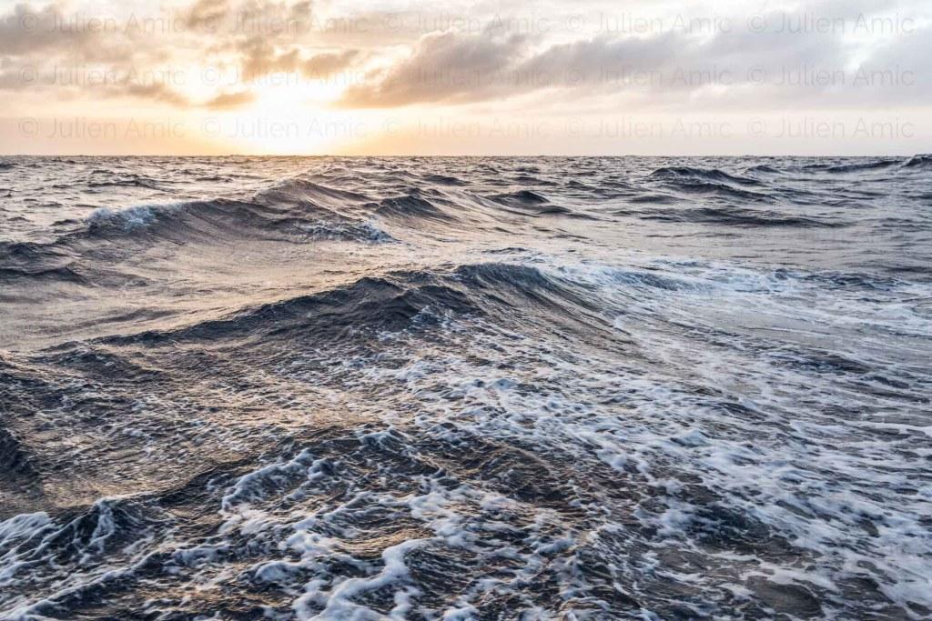 L'atlantique au lever du jour, au large.