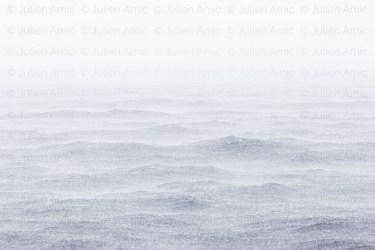 De l'eau sur l'eau, grosse averse sur la mer en méditerranée du côté des îles de Porquerolles.