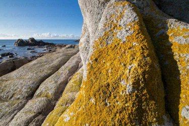Rochers granitiques sculptés par les embruns à Lesconil.