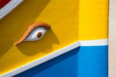 Oeil et couleurs de coque de bateau traditionnel de Malte, un Luzzu.