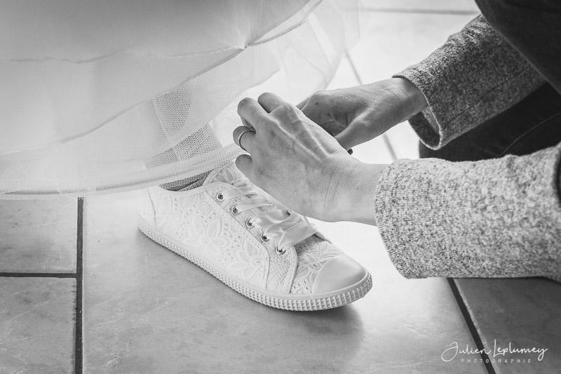 Ajustement des chaussures de la mariée