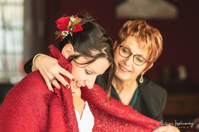 La mère couvre la mariée