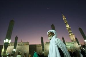 muslim-pilgrims-walk-courtyard