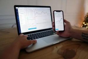 Пазарни тенденции на лаптоп и телефон