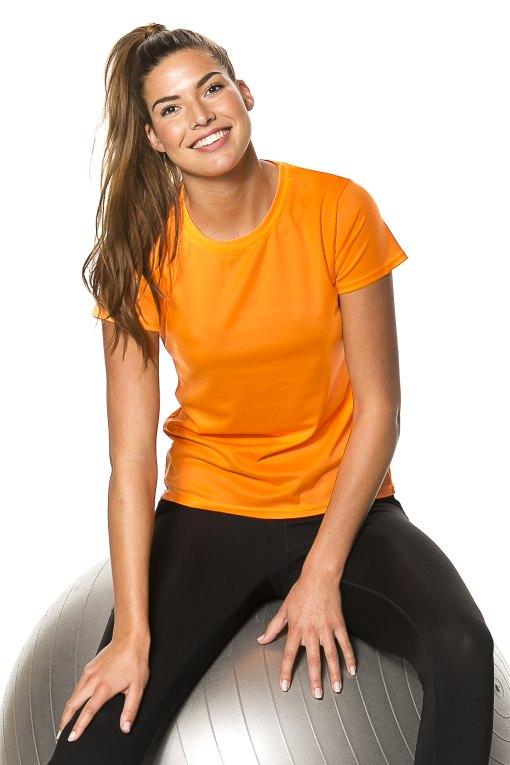 Pige-siddende på-bold-iført-orange-Lady-Go-Sport-T-shirt