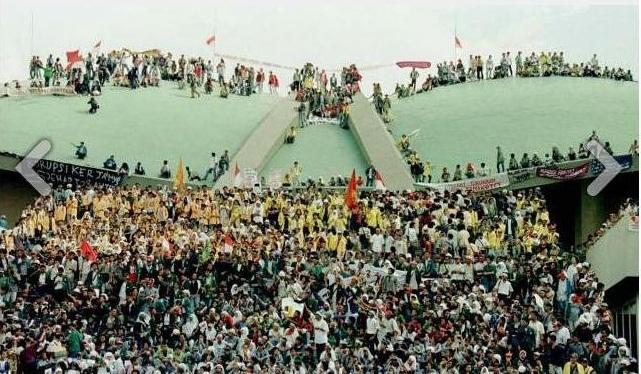 Demonstrasi 98 untuk melengserkan Presiden Soeharto yang sudah 32 tahun memerintah. Saya sebut ini sebagai kebangkitan demokrasi Indonesia....