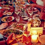 Reich gedeckter Tisch bei geselliger Runde im NENI