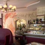 Blick auf die Theke und ein Wandbild im Café Anna Blume