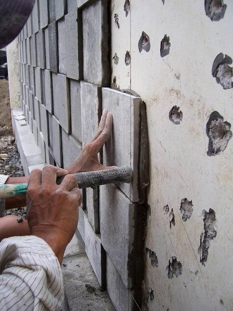Proses pemasangan batu alam dengan posisi maju mundur