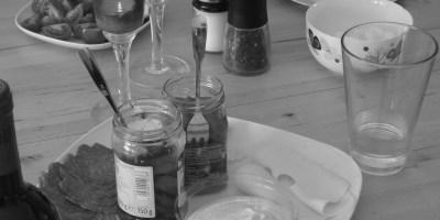 Hier ist ein Bild von einem gedeckten Tisch zum Abendessen mit Brot und Aufschnitt zu sehen