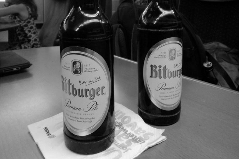Hier sind zwei Flaschen Bier zu sehen. Ja, es ist ein eher unmotiviertes Beitragsbild aus meinem Archiv. :)