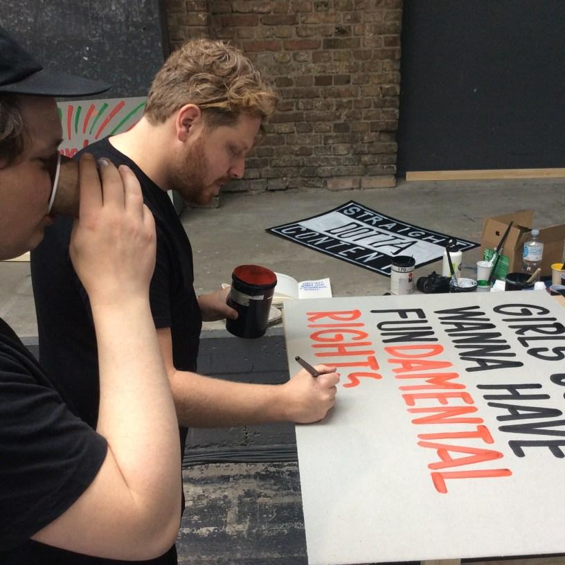 """Ein Bild von zwei Männern auf der re:publica, wie sie ein Plakat bemalen mit dem Spruch """"Girls just want to have fundamental rights"""". Nicht im Bild: Wie ich sie überschwänglich dafür lobe."""