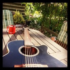Der er nu intet som en lun sommerdag på terassen med guitar og kaffe.