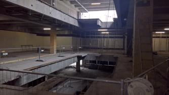 Die Rolltreppen haben ein großes Loch über vier Etagen im Gebäude hinterlassen