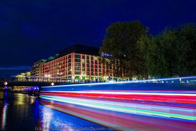 Bewegungsunschärfe - Ein Schiff auf der Spree in Berlin