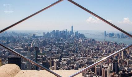 https://junghahn24.com/frueh-aufstehen-fuer-eine-alte-dame-freiheitsstatue/ https://junghahn24.com/neue-hoehen-werden-erobert-empire-state-building/ Ein erster Blick durch die Gitter auf dem Empire State Building ging Richtung Süden. Vorne kann man das Ironflat Building seine, und im Süden sihet man das One World Trade Center